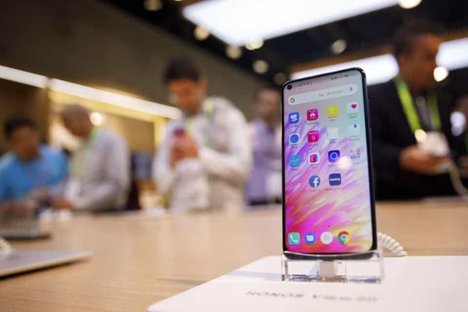 Smartphone shipments dropped 18% in China, thanks to COVID-19 (2)
